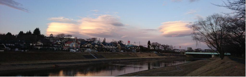 釈迦堂川に浮かぶケーキ3つ,レンズ雲,笠雲