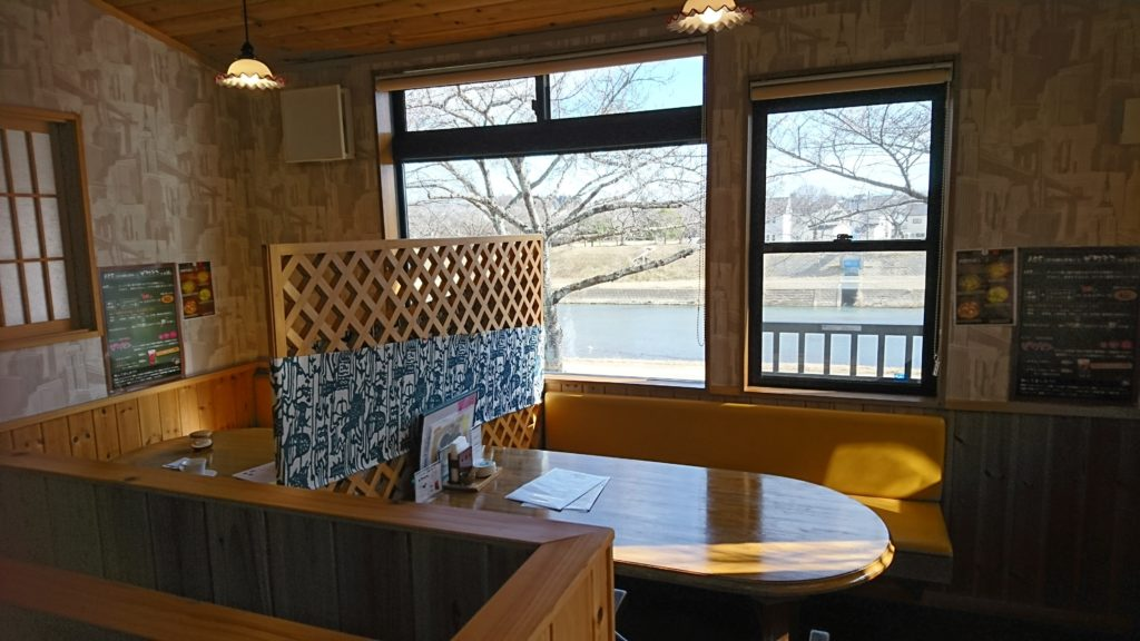13_入り口付近テーブル席と桜並木DSC_4770