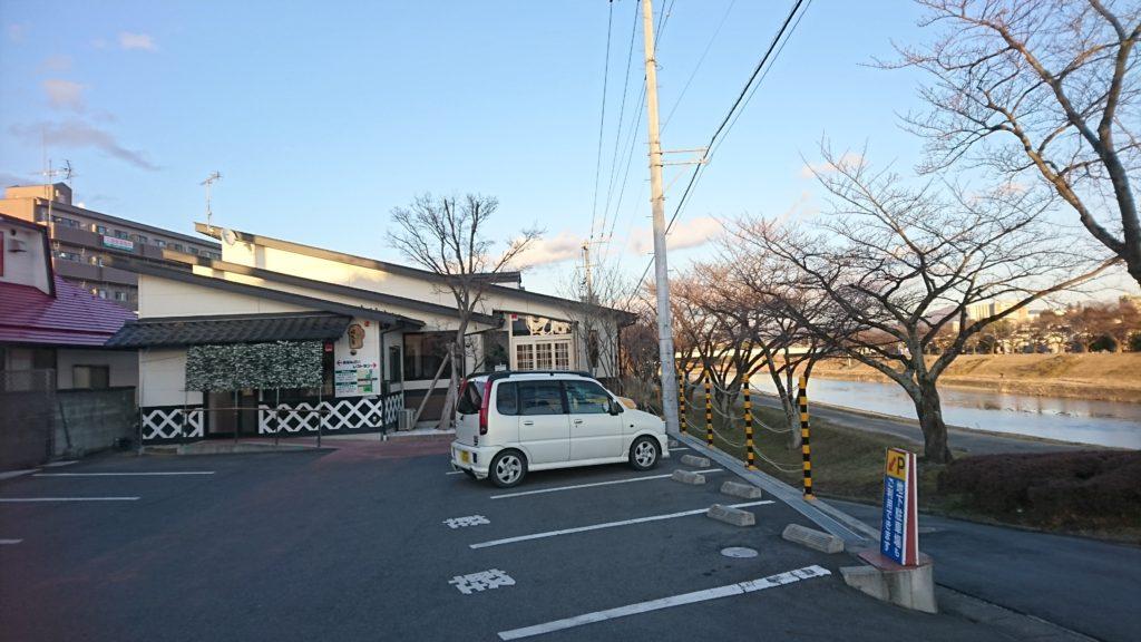 02_暖気亭と駐車場DSC_4791