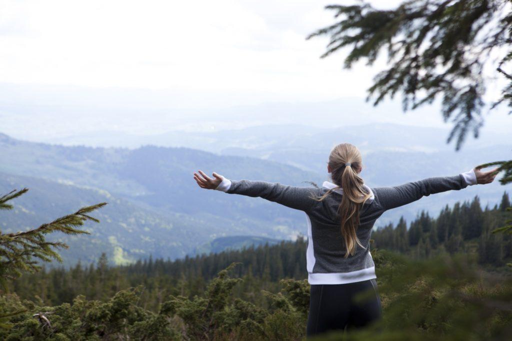 山頂を楽しむ女性