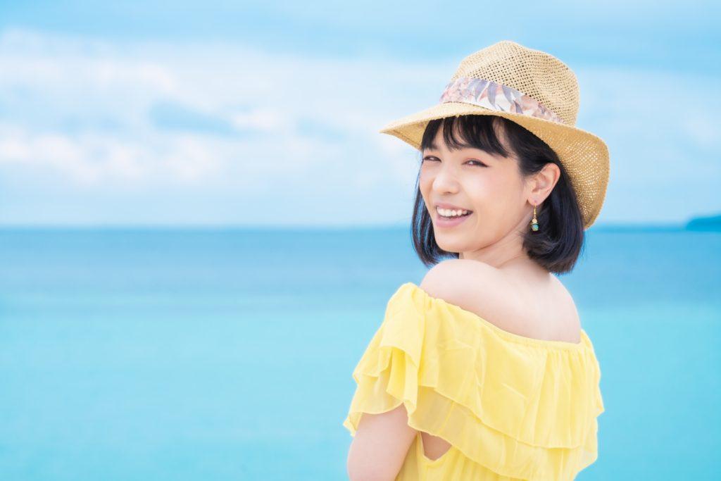 麦わら帽子の彼女と海